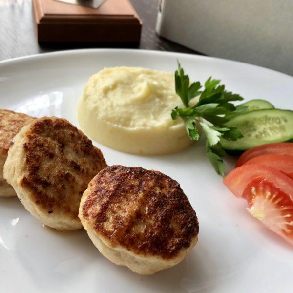 Куриные котлеты с пюре и свежими овощами