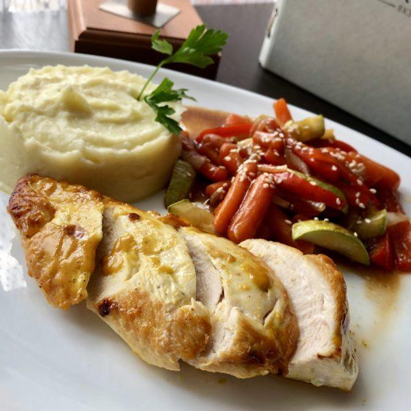 Куриное филе с пюре и овощным соте