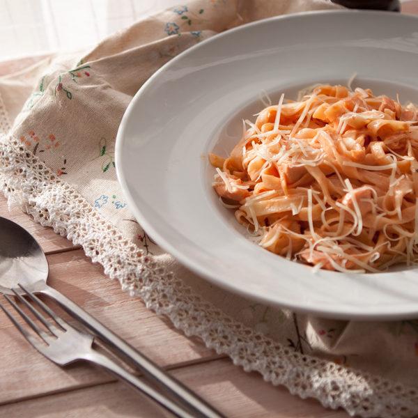 Тальятелле с лососем и розовым соусом
