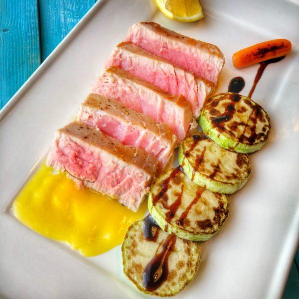 стейк из тунца с апельсиновым соусом